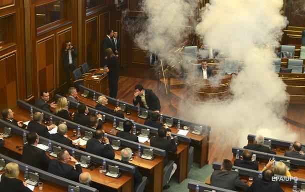 В зале парламента Косово взорвали газовую шашку