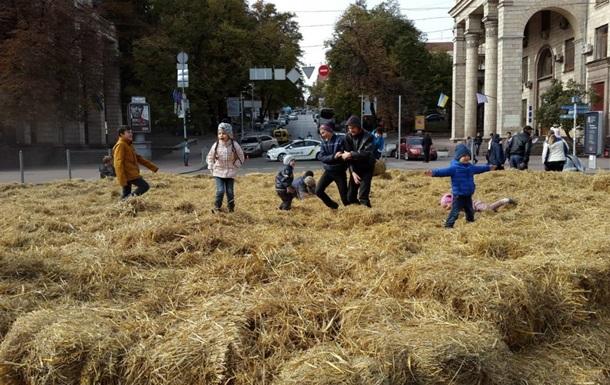 В Киеве на Крещатике устроили сеновал