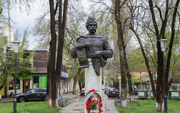 В Крыму задержали активистов у памятника Хмельницкому
