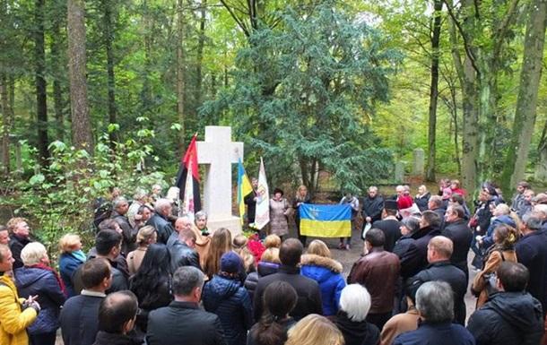 На могиле Бандеры в Мюнхене освятили новый крест