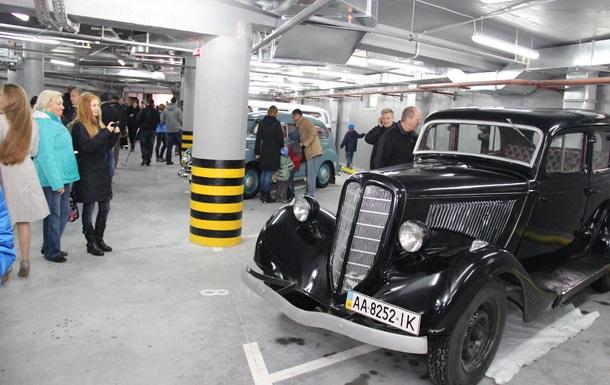 У день автомобіліста «Укрбуд» влаштував на відкритті нового будинку виставку ретроавто