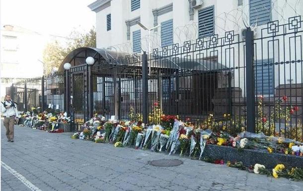 Катастрофа A321 в Египте: в Киеве несут цветы к посольству РФ
