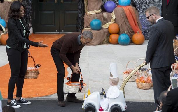 Обаму покорил малыш к костюме Папы Римского