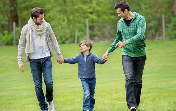 В Колумбии однополым парам разрешили усыновлять детей