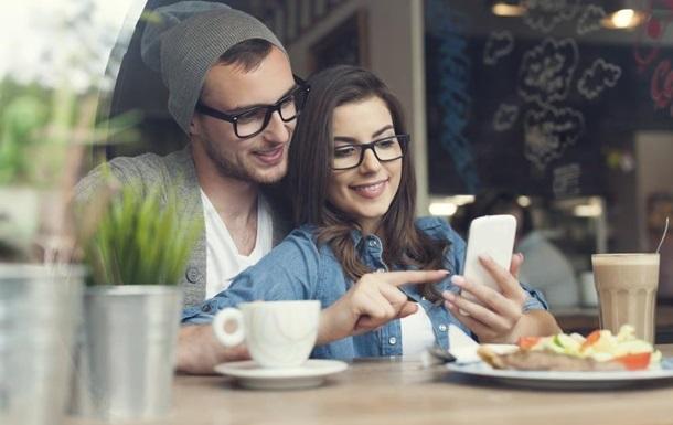 Молодые люди и смартфон