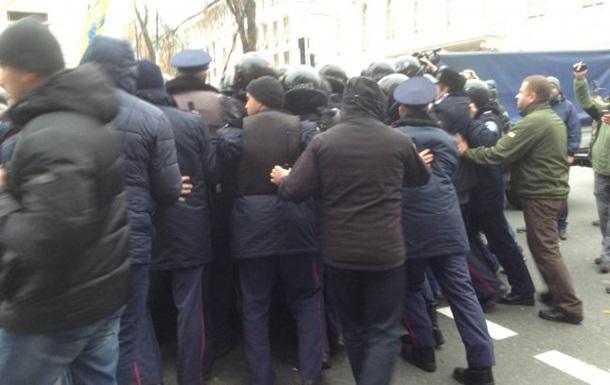 Милиция оттеснила протестующих на Грушевского