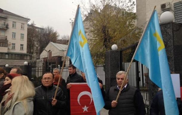 Крымские татары митингуют у посольства РФ в Киеве