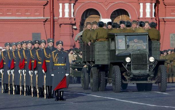Парад в Москве: ватники, портреты Ленина и Сталина