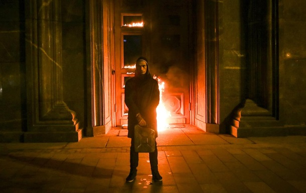 Павленский поджег дверь ФСБ фото