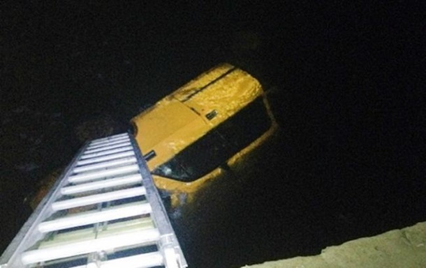 В Хмельницкой области автомобиль упал с моста, есть жертвы
