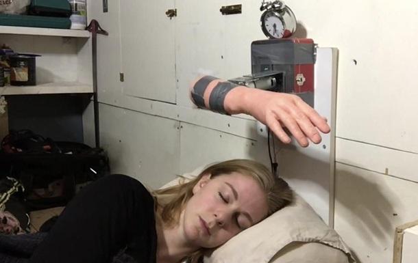 Шведка создала пробуждающий пощечинами будильник
