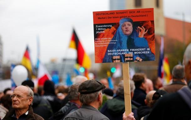 Опрос: 52% немцев недовольны политикой Меркель по мигрантам