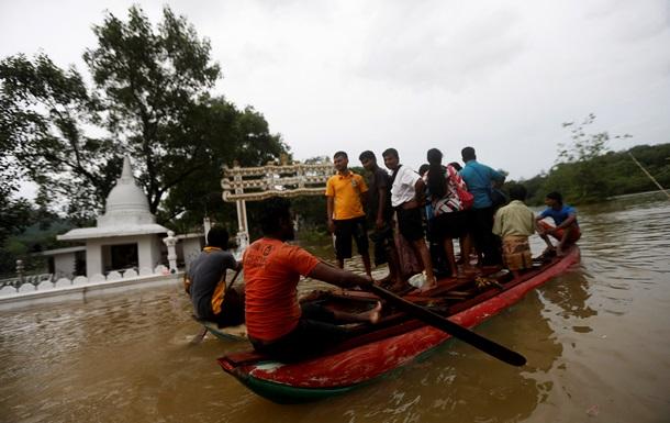 Наводнения на Шри-Ланке: 80 тысяч человек покинули дома