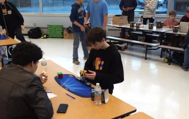 Лукас Эттер побил мировой рекорд по скорости сборки кубика Рубика