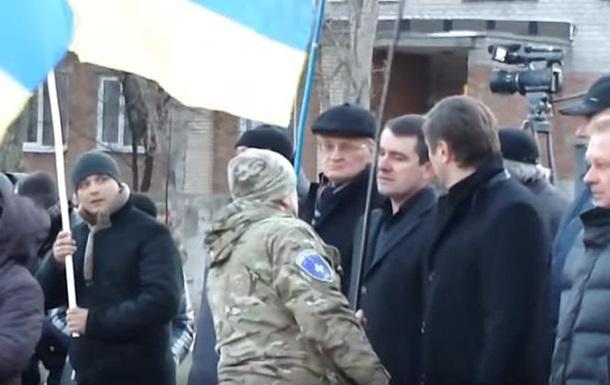 Мэр Славянска отказался взять флаг Украины