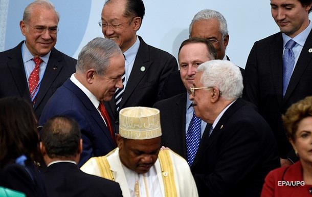 Лидеры Израиля и Палестины пожали руки впервые за пять лет