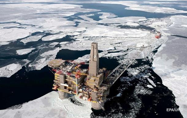 Нафтові доходи Росії знизилися майже вдвічі