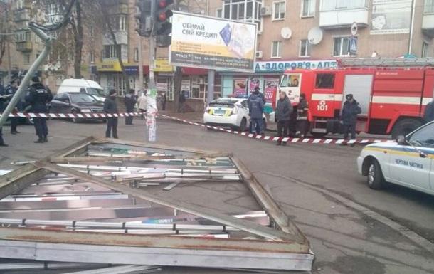 В Черкассах рекламный щит упал на людей