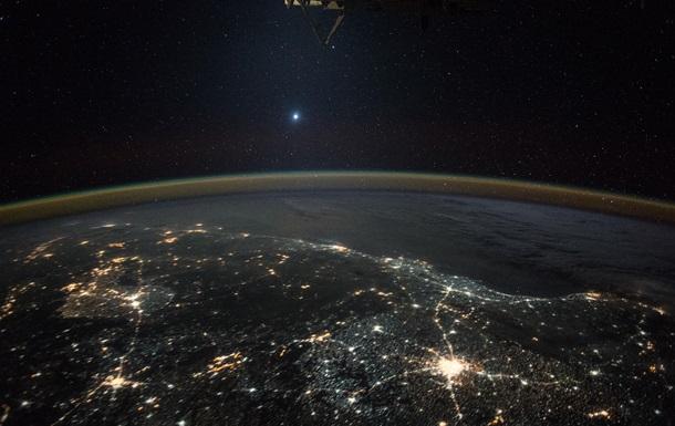 Астронавт МКС показал Венеру на фоне ночных огней Земли