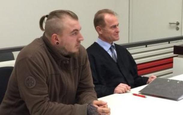 В Германии политику запретили показывать  нацистскую татуировку