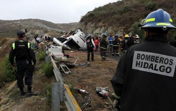 В Мексике перевернулся автобус, погибли 12 человек