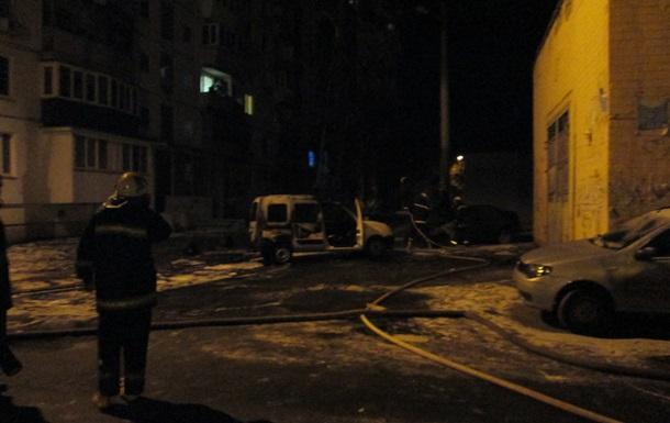 В Киеве во дворе дома сгорели две машины