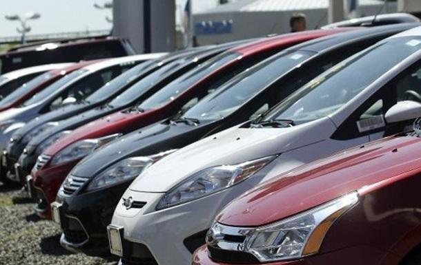 Продажи легковых авто в Украине за год упали вдвое