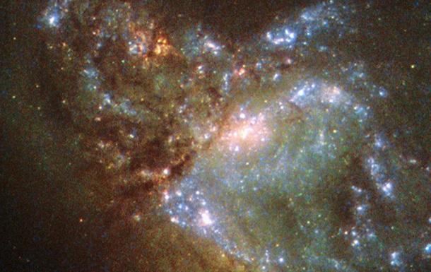 Hubble запечатлел, как две галактики сливаются в одну