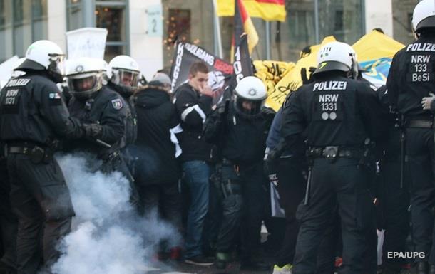 Разгон митинга в Кельне: пострадали трое полицейских и журналист