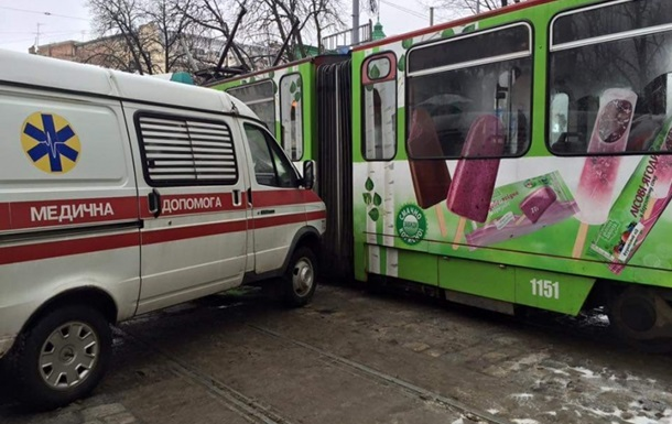 Во Львове скорая столкнулась с трамваем