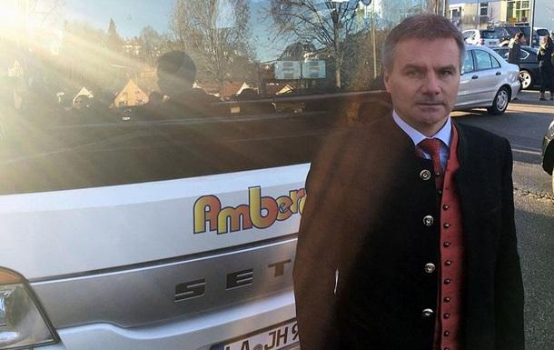 Розгніваний німецький політик відправив автобус з біженцями до Меркель