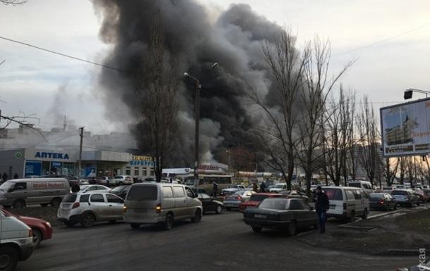 В Одессе крупный пожар: горит рынок