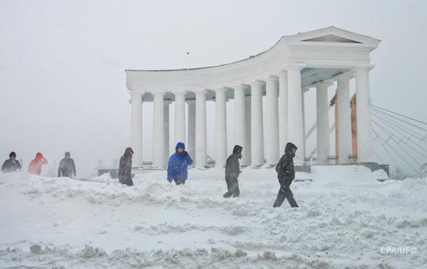 На юге Украины к расчистке снега привлекли военных