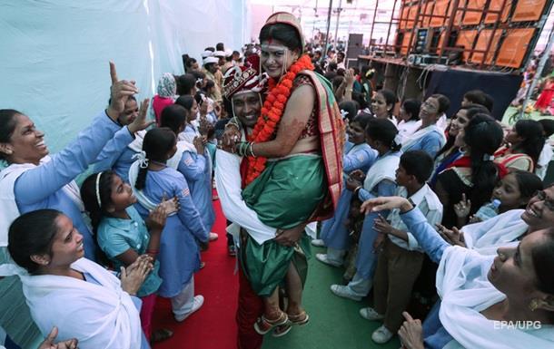 Индийский бизнесмен пригласил на свадьбу 18 тысяч вдов