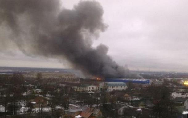 Под Петербургом горит 10 тыс кв метров склада