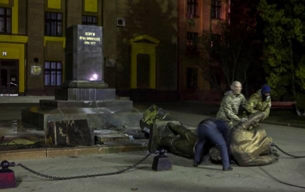 Кабмин отчитался о поваленных  Ленинах