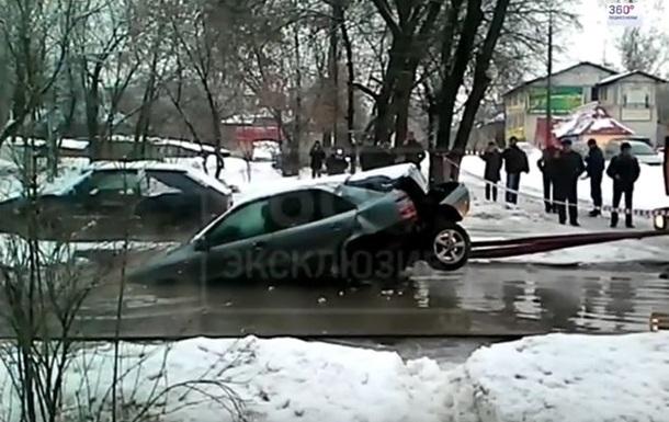 В РФ машине оторвали колеса, вытаскивая ее из ямы