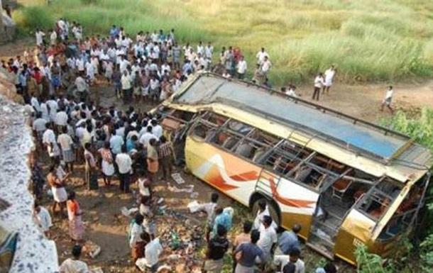 В Индии автобус упал в реку: погибли 20 человек