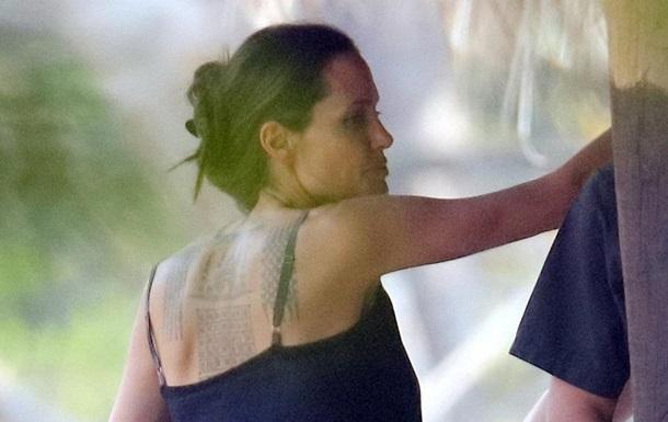 Анджеліна Джолі зробила три нові татуювання