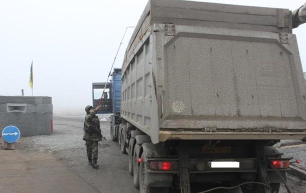 В ДНР не пустили КамАЗ с одеждой на миллион