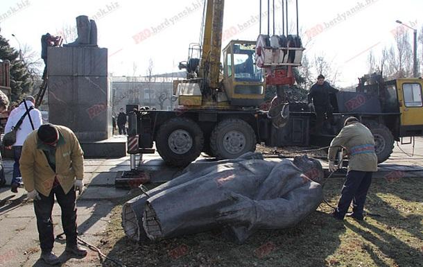 В Бердянске сносят памятник Ленину