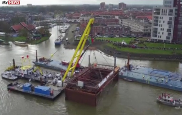У Голландії з-під води дістали старовинне судно