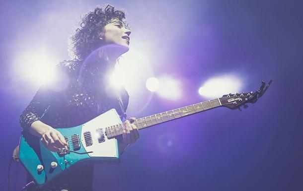 У США розробили гітару з місцем для грудей