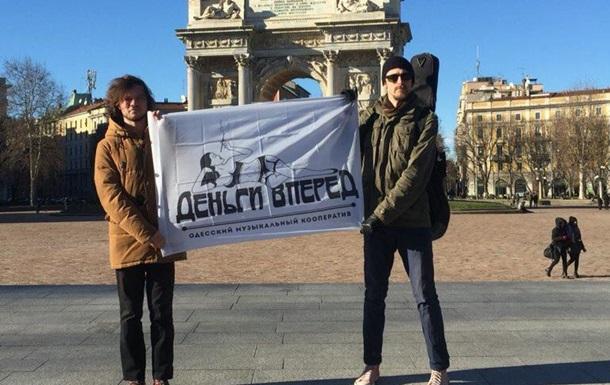 Феликс Шиндер и «Деньги вперед» спели «7.40» на привозе в Перу!