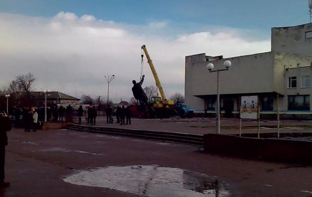 На Чернігівщині демонтували найбільший пам ятник Леніну