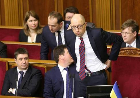 Як Порошенко та олігархи допомогли Яценюку лишитися на посаді