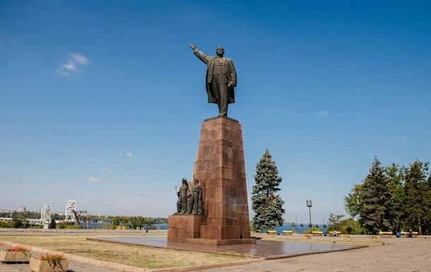 В Запорожье проголосовали за снос трех советских памятников
