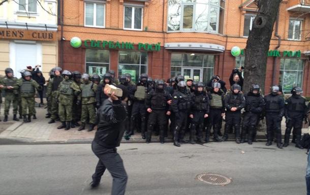 У Києві влаштували погром Альфа-Банку і Сбербанку