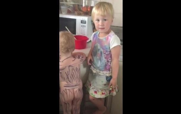 Відеохіт. Дівчинка розмалювала молодшу сестру, мов зебру