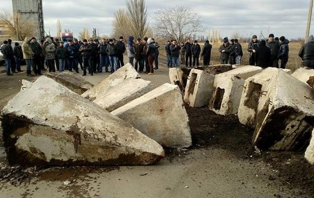 На Миколаївщині трасу перекрили бетонними блоками